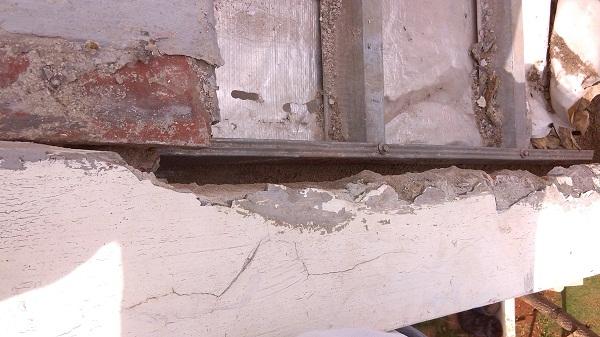 memperbaiki atap rumah yang bocor  (1)