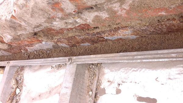 memperbaiki atap rumah yang bocor  (2)