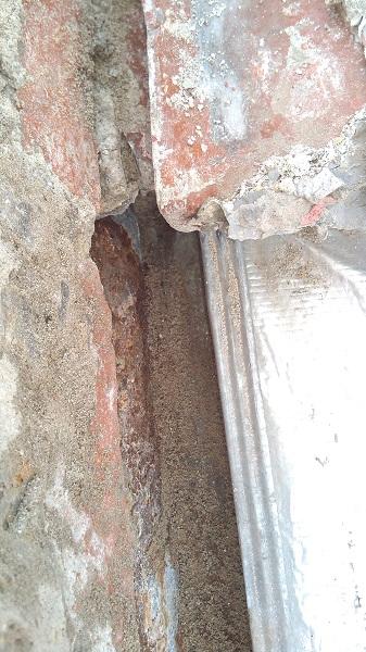 memperbaiki atap rumah yang bocor  (3)