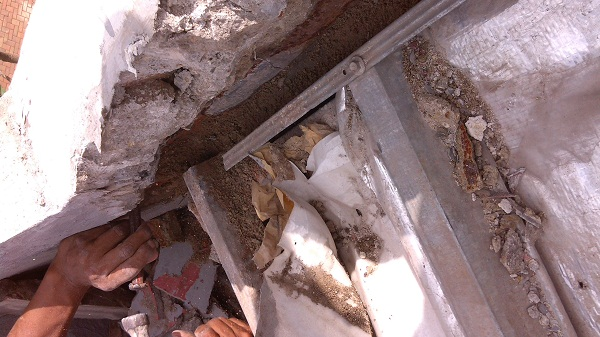 memperbaiki atap rumah yang bocor  (4)