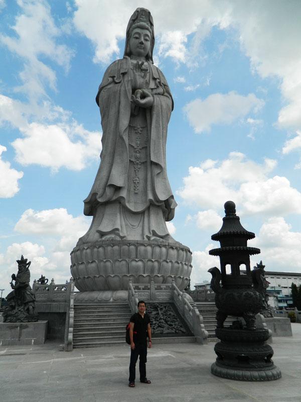 vihara dewi kwan im pematang siantar setinggi 22,8 meter